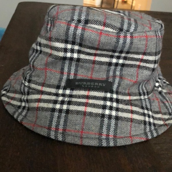 b64eca993 Burberry reversible bucket hat